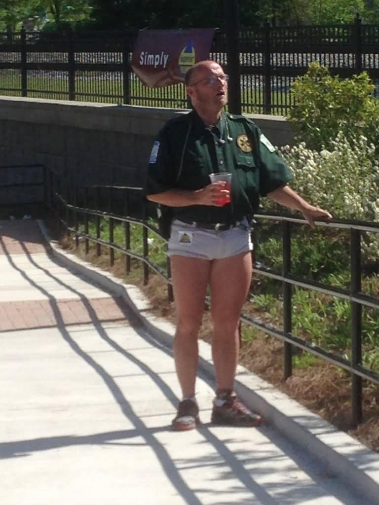 Funny-Shorts-Wearing-Cop-Picture.jpg